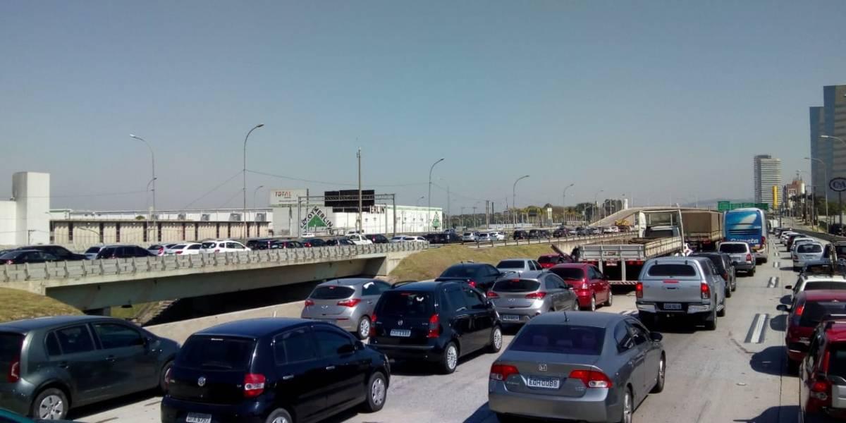 Motoristas enfrentam congestionamento na saída para o feriado