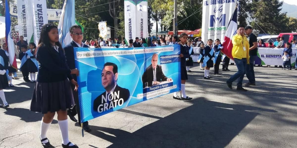 Destituyen a supervisor educativo de Quetzaltenango por mantas a favor de CICIG portadas en desfile