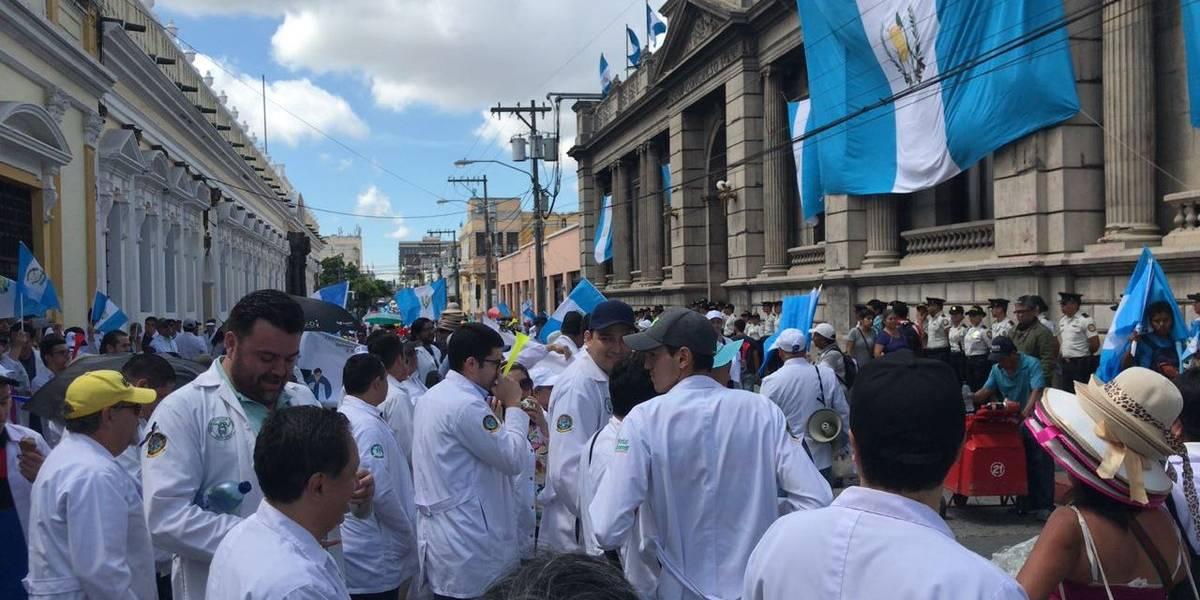 Con una marcha, médicos confirman que sostienen petición de mejoras salariales