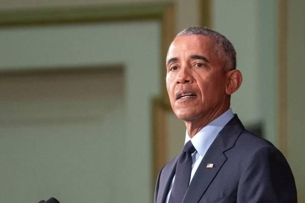 El expresidente estadounidense Barack Obama habla ante un lleno completo en el Foellinger Auditorium el viernes, 7 de septiembre del 2018, en el campus de la Universidad de Illinois en Urbana.