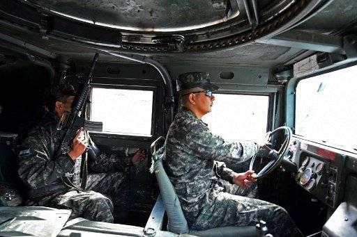 Soldados y policías bajaron el viernes de camiones a patrullar en las calles y entrar a las casas en comunidades marginales de Honduras, en una nueva estrategia del gobierno para combatir a las sanguinarias pandillas que aterrorizan a los pobladores. AFP