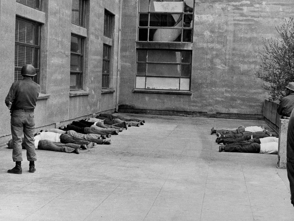 Los izquierdistas yacen en el suelo después de ser arrestados por los militares durante el golpe contra el gobierno del presidente Salvador Allende en Santiago, Chile, el 11 de septiembre de 1973