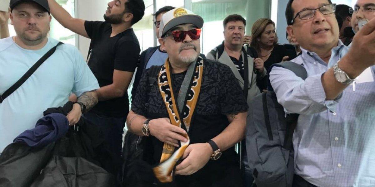 VIDEO: Maradona desata locura en su llegada a Sinaloa