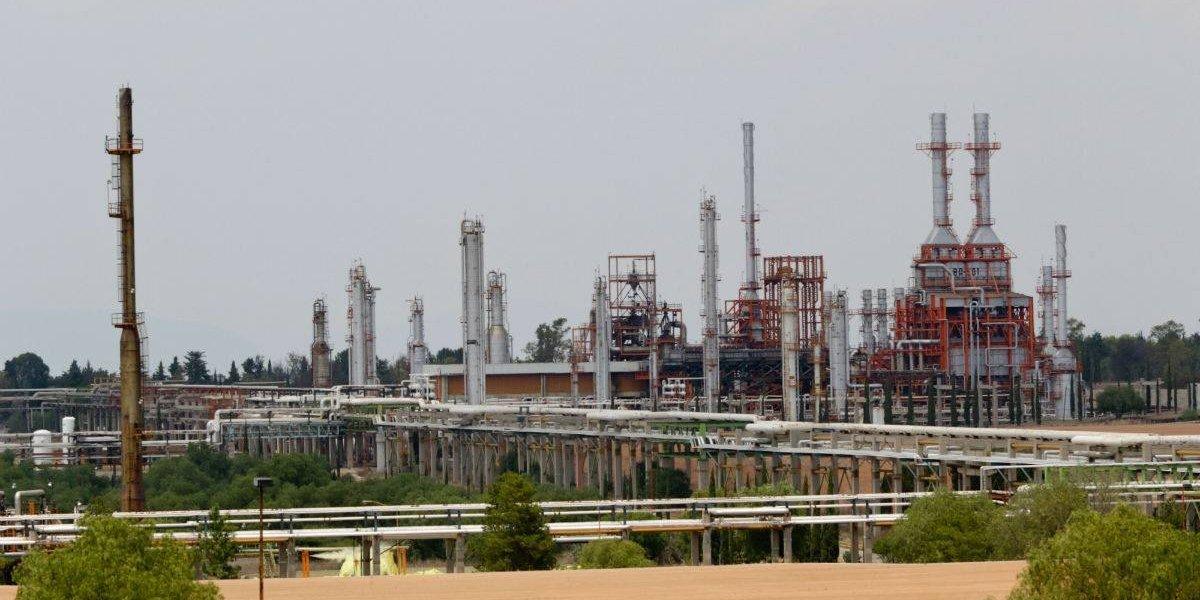 AMLO promete a petroleros inversión de 75 mil mdp para perforación y extracción