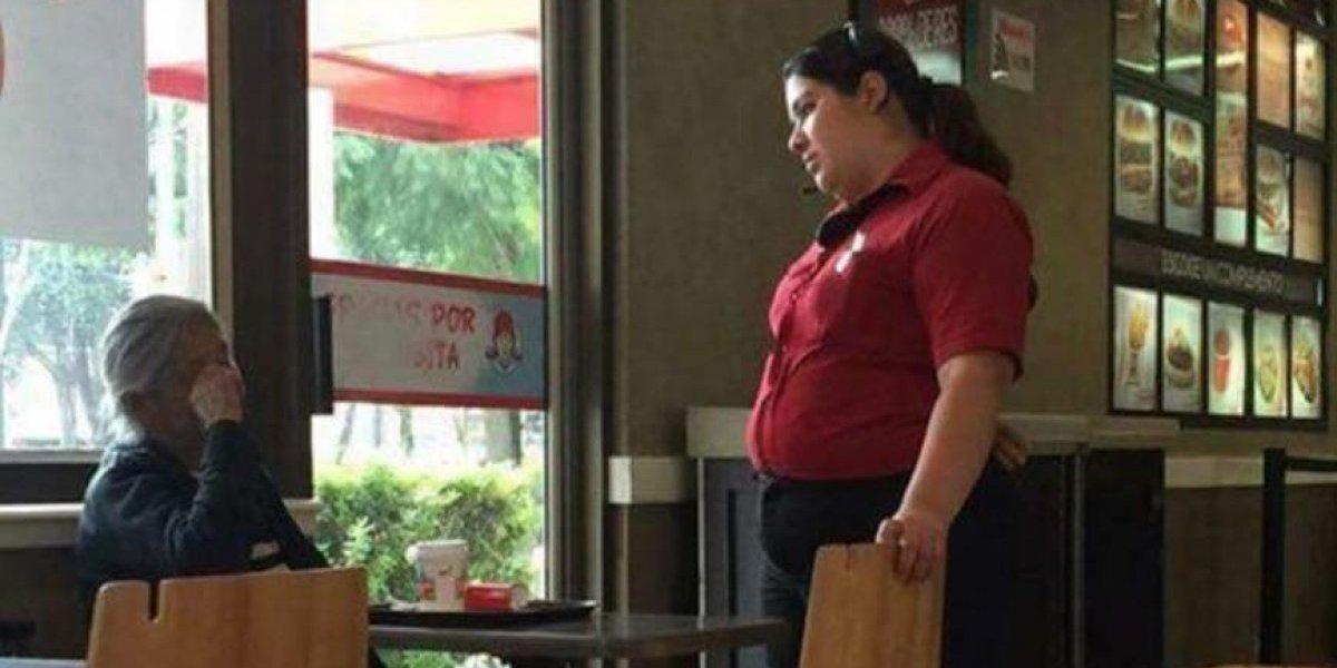 Se viraliza amable gesto de gerente con anciana que se mojaba