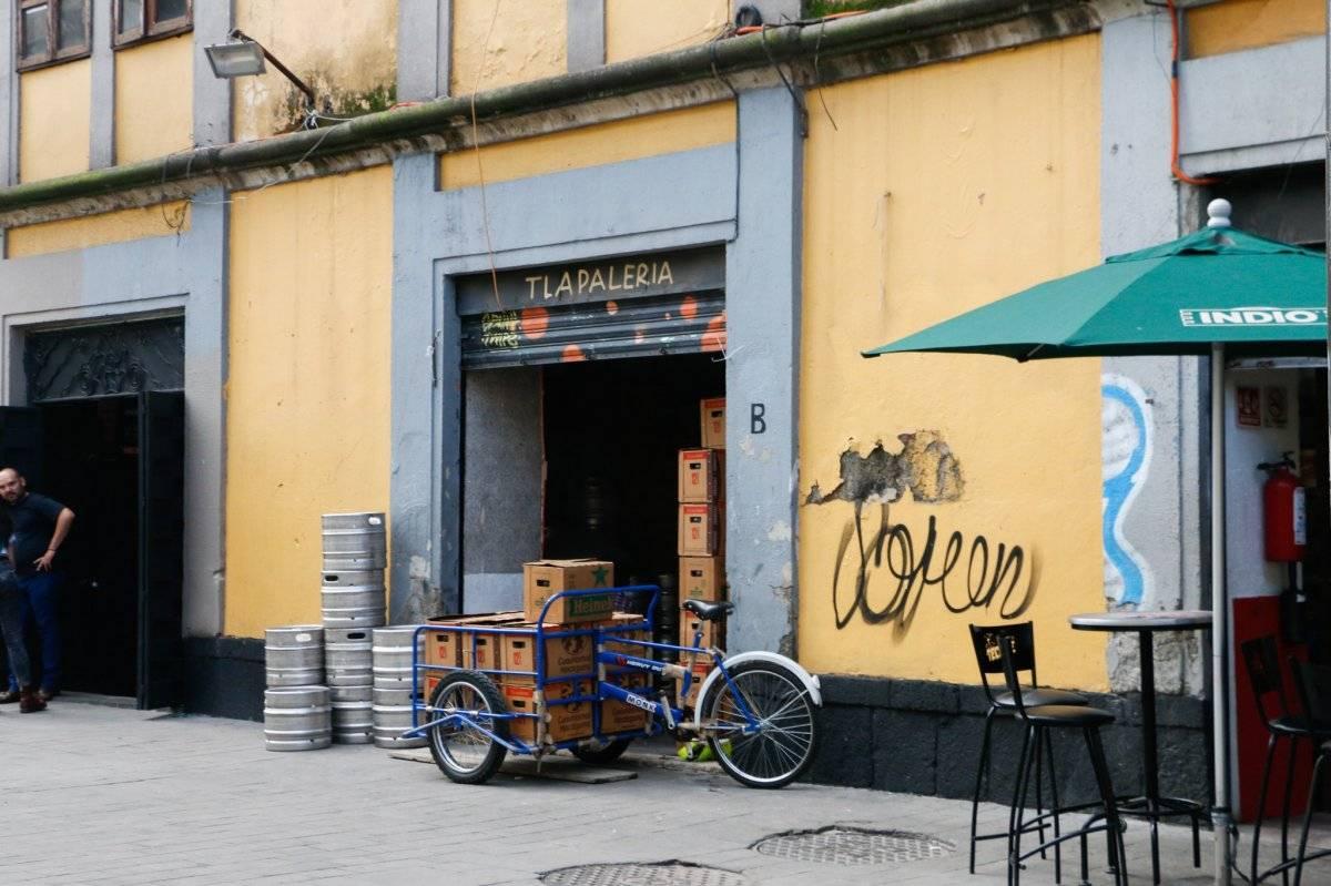 En la zona del Chopo y La Lagunilla se vende alcohol en la calle en los tianguis. Cortesía.