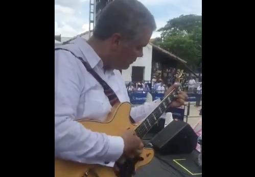 A un músico no le gustó que Duque le cogiera la guitarra