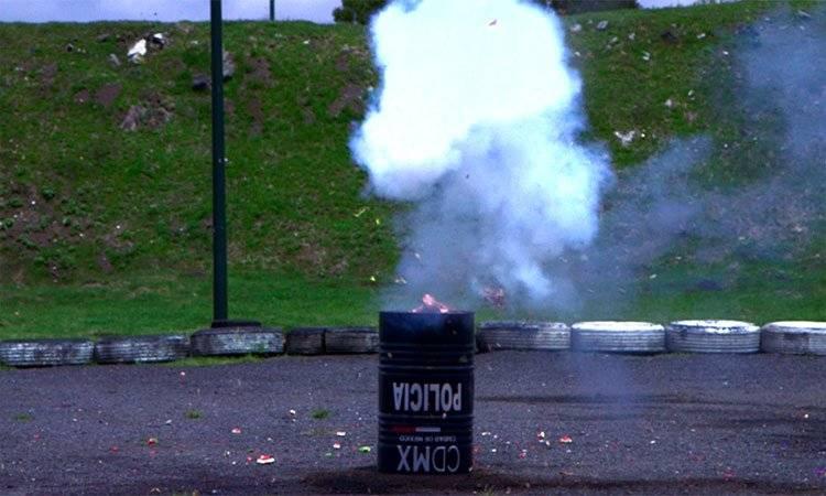 """Explosión del """"huevo de codorniz"""" con el fémur de una res."""