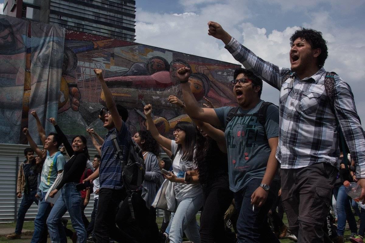 Alumnos manifestándose frente a la Torre de Rectoría. Foto: Cuartoscuro