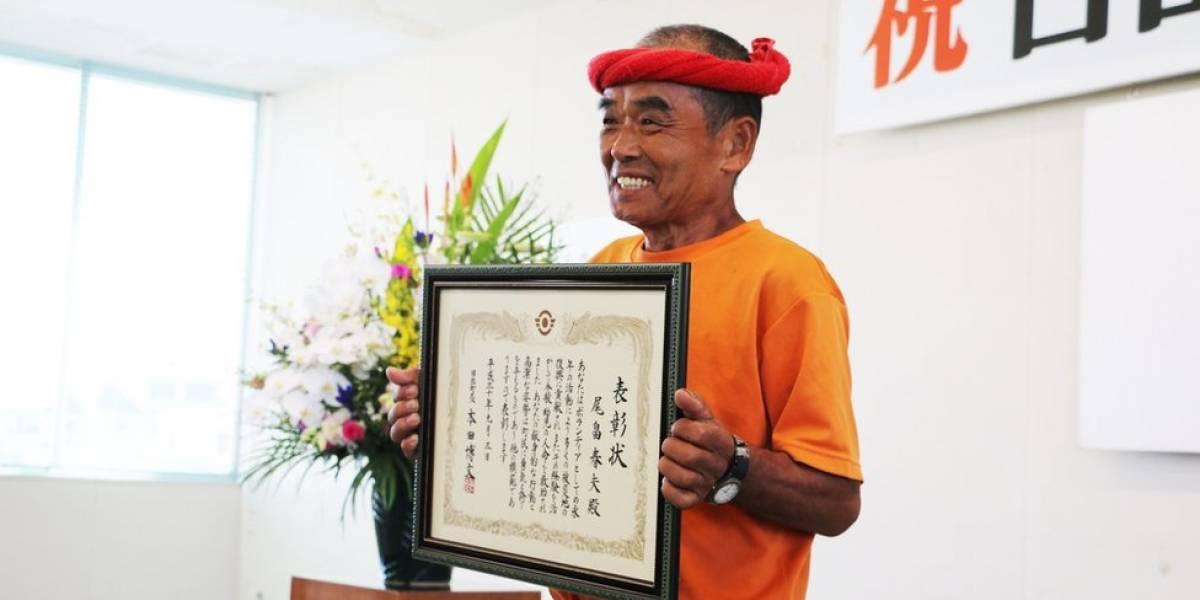 O supervoluntário de 78 anos que percorre o Japão para ajudar vítimas de desastres