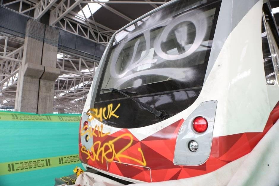 Grafitis en el vagón del Metro de Quito
