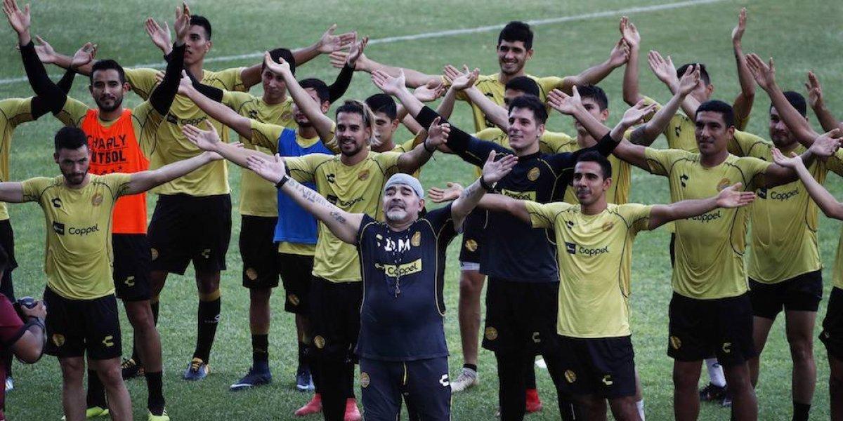 Maradona dirige su primera práctica con los Dorados