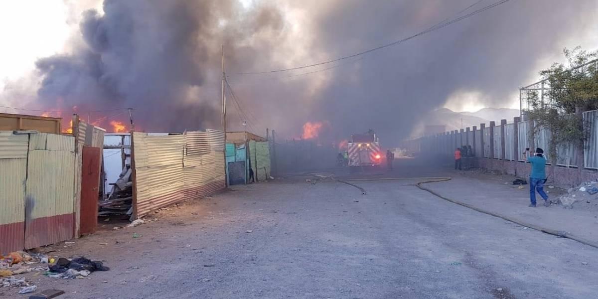 Incendio en Toma de Calama afecta a 700 personas: Carabineros detectó ocho lesionados