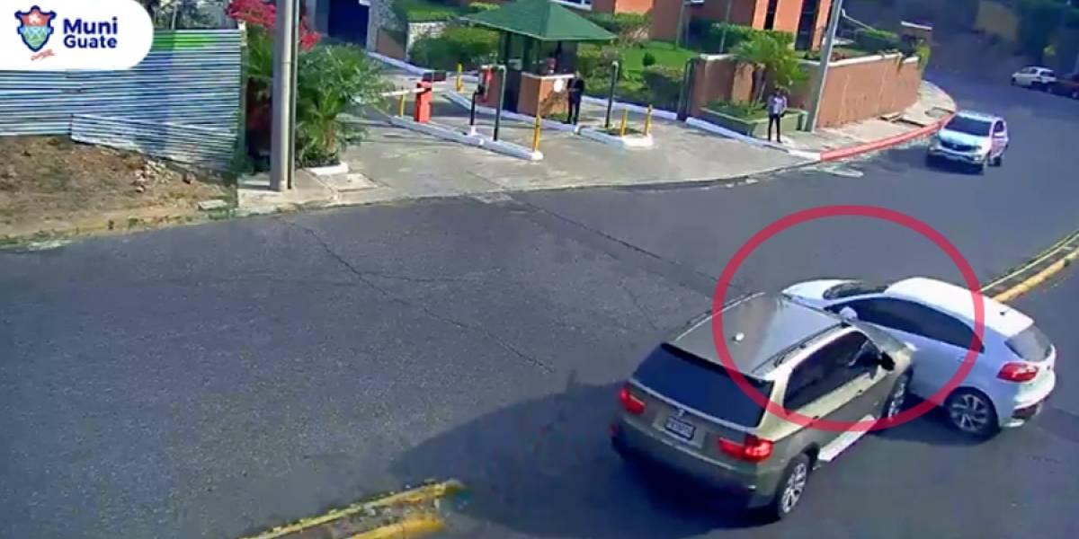 VIDEO. Camioneta embiste a vehículo que realiza cruce indebido en zona 15