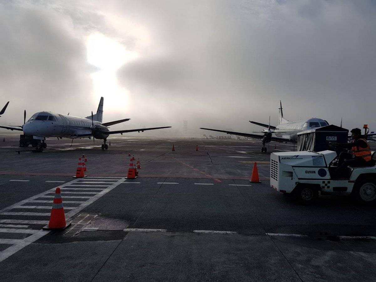 niebla en pista del aeropuerto La Aurora
