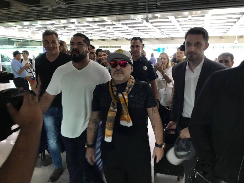 Imagen de Maradona a su llegada al aeropuerto de Culiacán. / Twitter: @Dorados