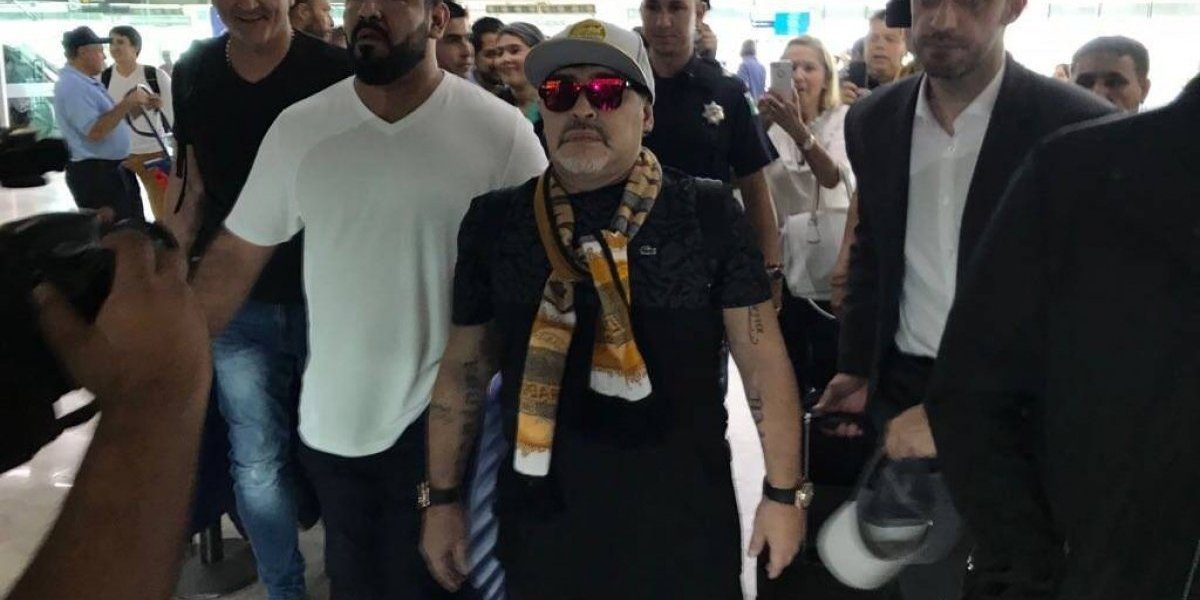Diego Armando Maradona agredió a camarógrafo a su llegada a Culiacán