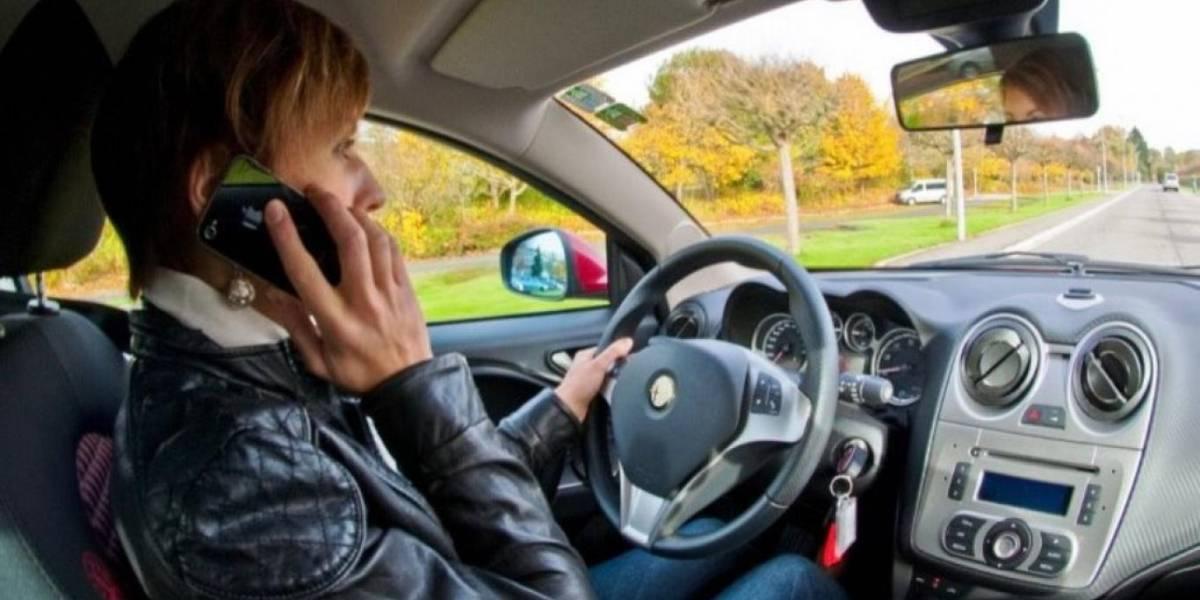 Esto te podría pasar en Chile si te pillan hablando por celular mientras conduces
