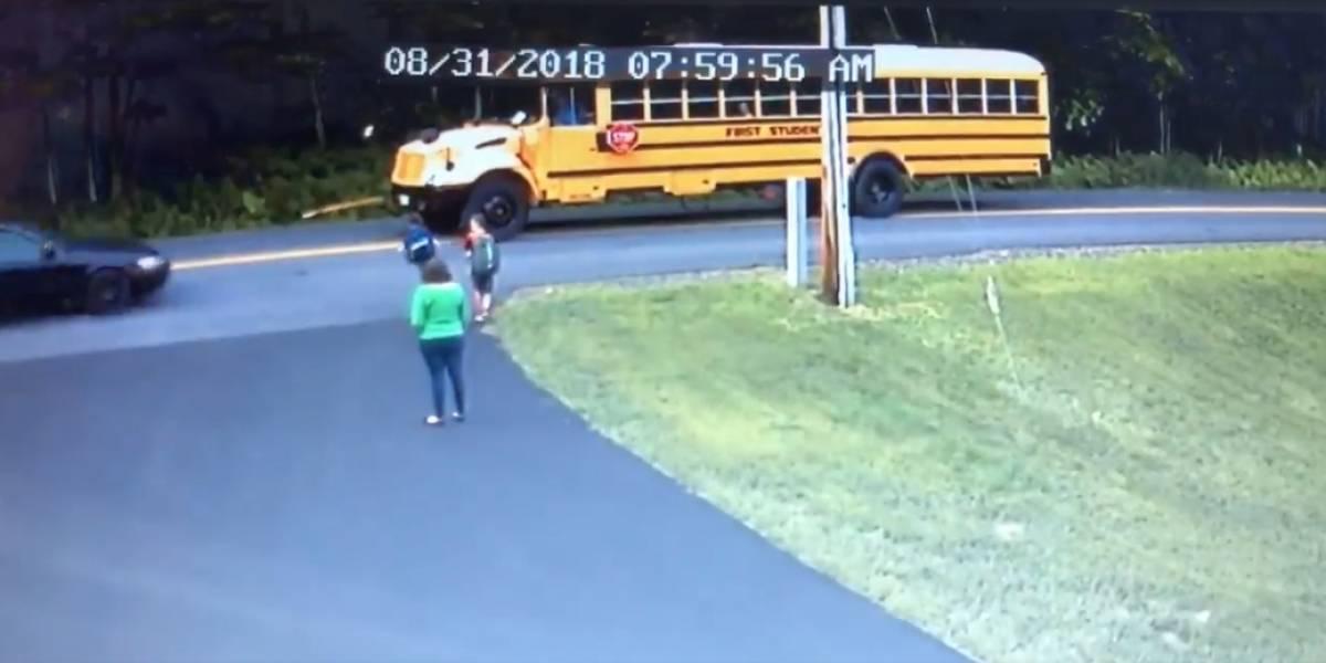 Estuvo a un paso de la muerte: niño de 7 años iba a tomar el bus para ir al colegio y se salvó casi de milagro de ser atropellado