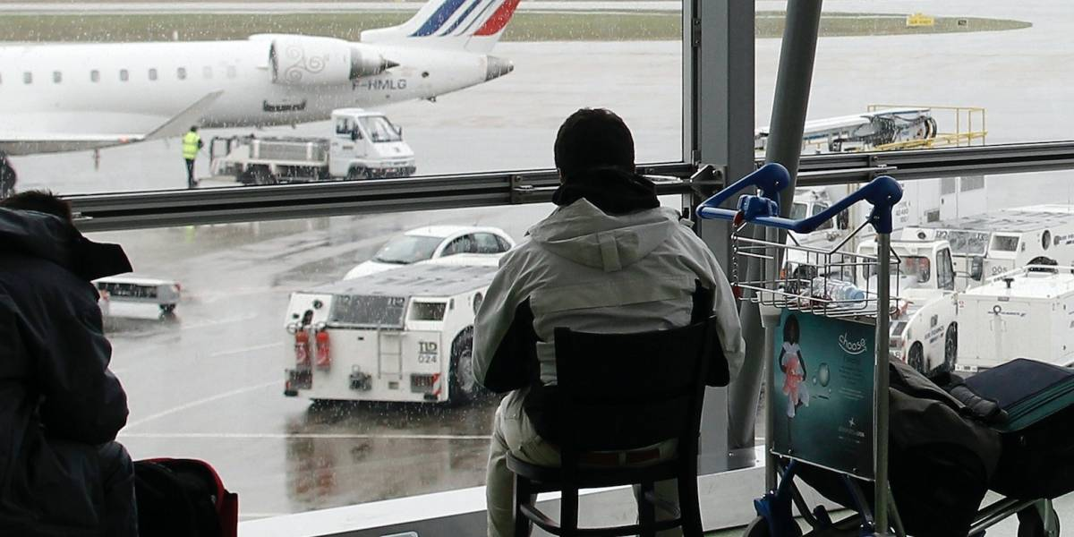 Hombre se mete con auto a toda velocidad en pista de aeropuerto en Francia