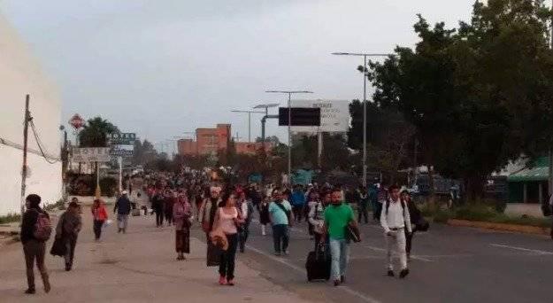 Trabajadores optaron por continuar su camino a pie Foto: ADN Sureste