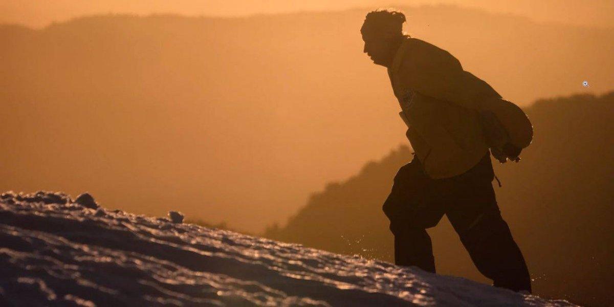 """La historia del """"ermitaño"""" de Pucón que va por la Avalancha con su snowboard sobre los hombros"""