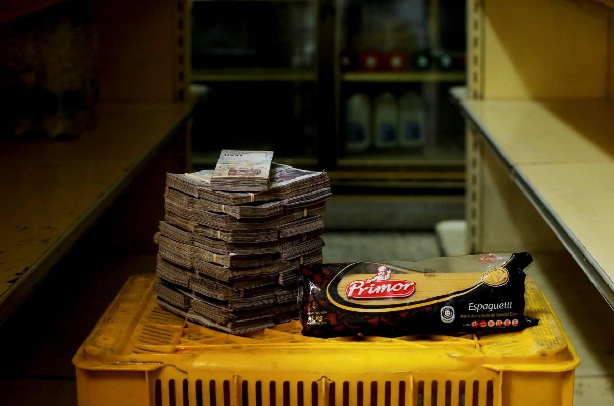 Um pacote de 1 kg de macarrão retratado ao lado de 2.500.000 bolívares, seu preço - o equivalente a US$ 0,38 - em um mini-mercado em Caracas, Venezuela, em 16 de agosto de 2018. Carlos Garcia/Reuters