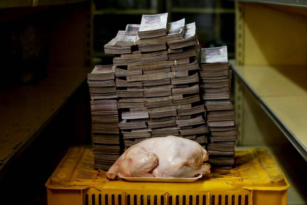 Um frango de 2,4 kg retratado ao lado de 14.600.000 bolívares, seu preço - o equivalente a US$ 2,22 - em um mini-mercado em Caracas, Venezuela, em 16 de agosto de 2018. Carlos Garcia/Reuters