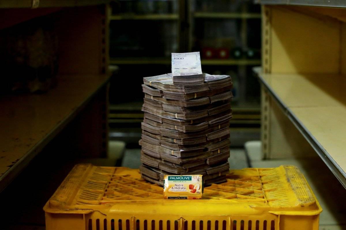 Uma barra de sabão é retratada ao lado de 3.500.000 bolívares, seu preço - o equivalente a US$ 0,53 - em um minimercado em Caracas, Venezuela, em 16 de agosto de 2018. Carlos Garcia/Reuters