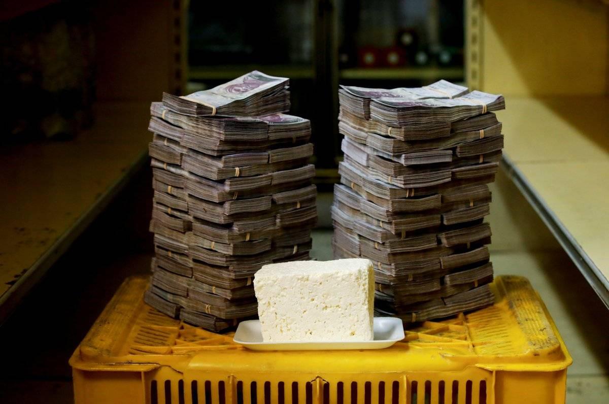 Um quilo de queijo é retratado ao lado de 7.500.000 bolívares, seu preço - o equivalente a US$ 1,14 - em um minimercado em Caracas, Venezuela, em 16 de agosto de 2018. Carlos Garcia/Reuters