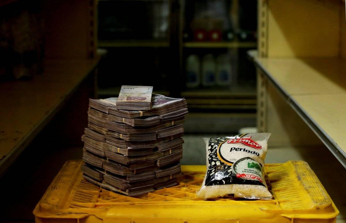 Um pacote de 1 kg de arroz é retratado ao lado de 2.500.000 bolívares, seu preço - o equivalente a US$ 0,38 - em um mini-mercado em Caracas, Venezuela, em 16 de agosto de 2018. Carlos Garcia/Reuters