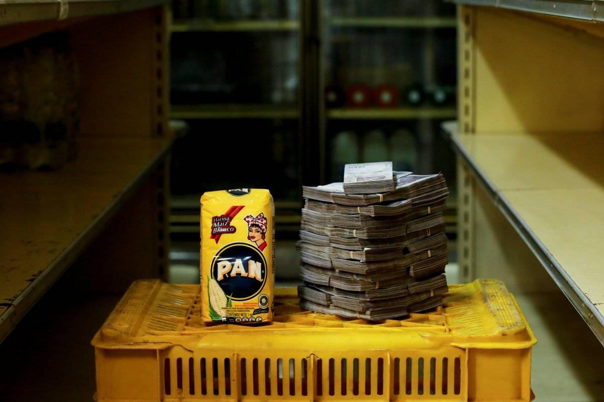 Um pacote de 1 kg de farinha de milho é retratado ao lado de 2.500.000 bolívares, seu preço - o equivalente a US$ 0,38 - em um mini-mercado em Caracas, Venezuela, em 16 de agosto de 2018. Carlos Garcia/Reuters
