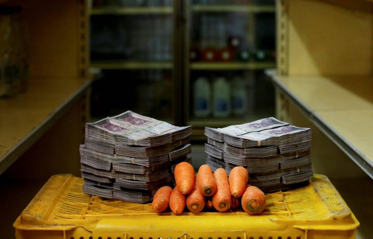 1 kg de cenouras é retratado ao lado de 3.000.000 de bolívares, seu preço - o equivalente a US$ 0,46 - em um mini-mercado em Caracas, Venezuela, em 16 de agosto de 2018. Carlos Garcia/Reuters