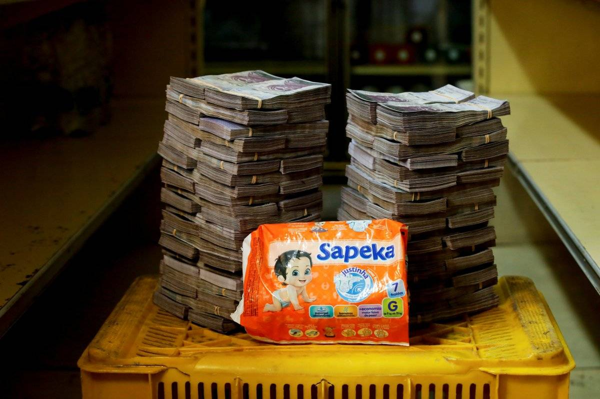 Um pacote de fraldas é retratado ao lado de 8.000.000 de bolívares, seu preço - o equivalente a US$ 1,22 - em um mini-mercado em Caracas, Venezuela, em 16 de agosto de 2018. Carlos Garcia/Reuters