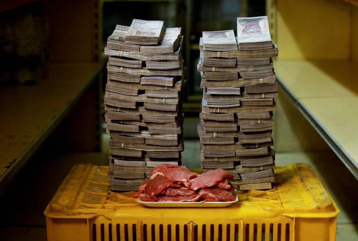 1 kg de carne é retratado ao lado de 9.500.000 bolívares, seu preço - o equivalente a US$ 1,45 - em um mini-mercado em Caracas, Venezuela, em 16 de agosto de 2018. Carlos Garcia/Reuters