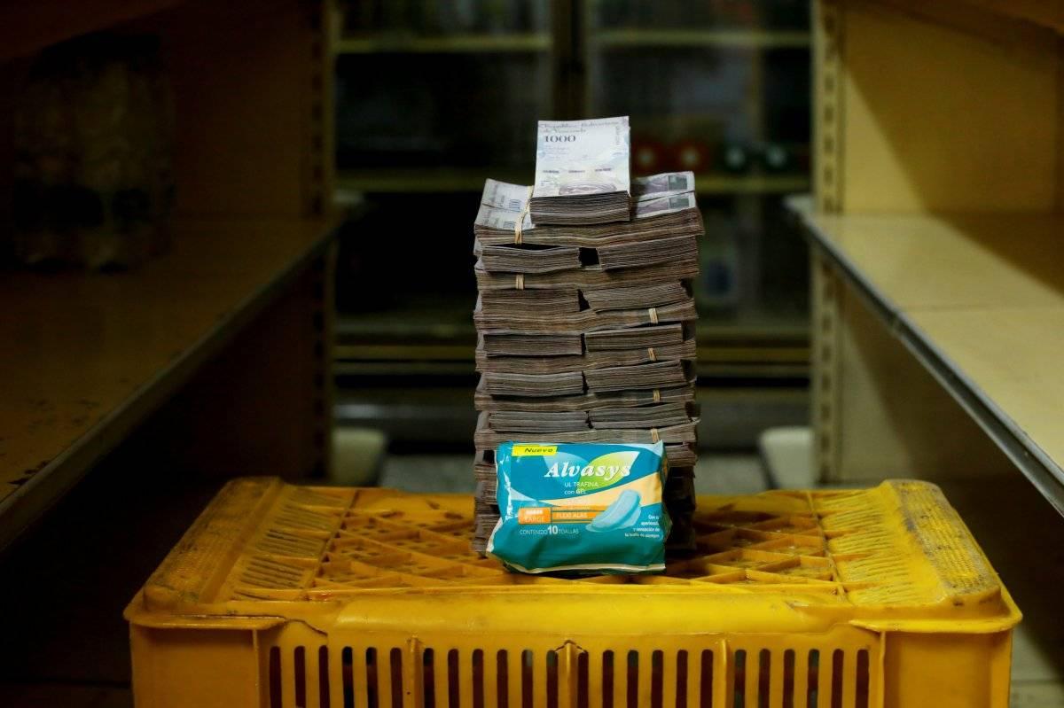 Um pacote de fraldas é retratado ao lado de 3.500.000 bolívares, seu preço - o equivalente a US$ 0,53 - em um mini-mercado em Caracas, Venezuela, em 16 de agosto de 2018. Carlos Garcia/Reuters