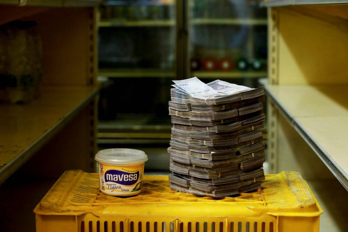 Um contêiner de 500 g de margarina é retratado ao lado de 3.000.000 de bolívares, seu preço - o equivalente a US$ 0,46 - em um mini-mercado em Caracas, Venezuela, em 16 de agosto de 2018. Carlos Garcia/Reuters