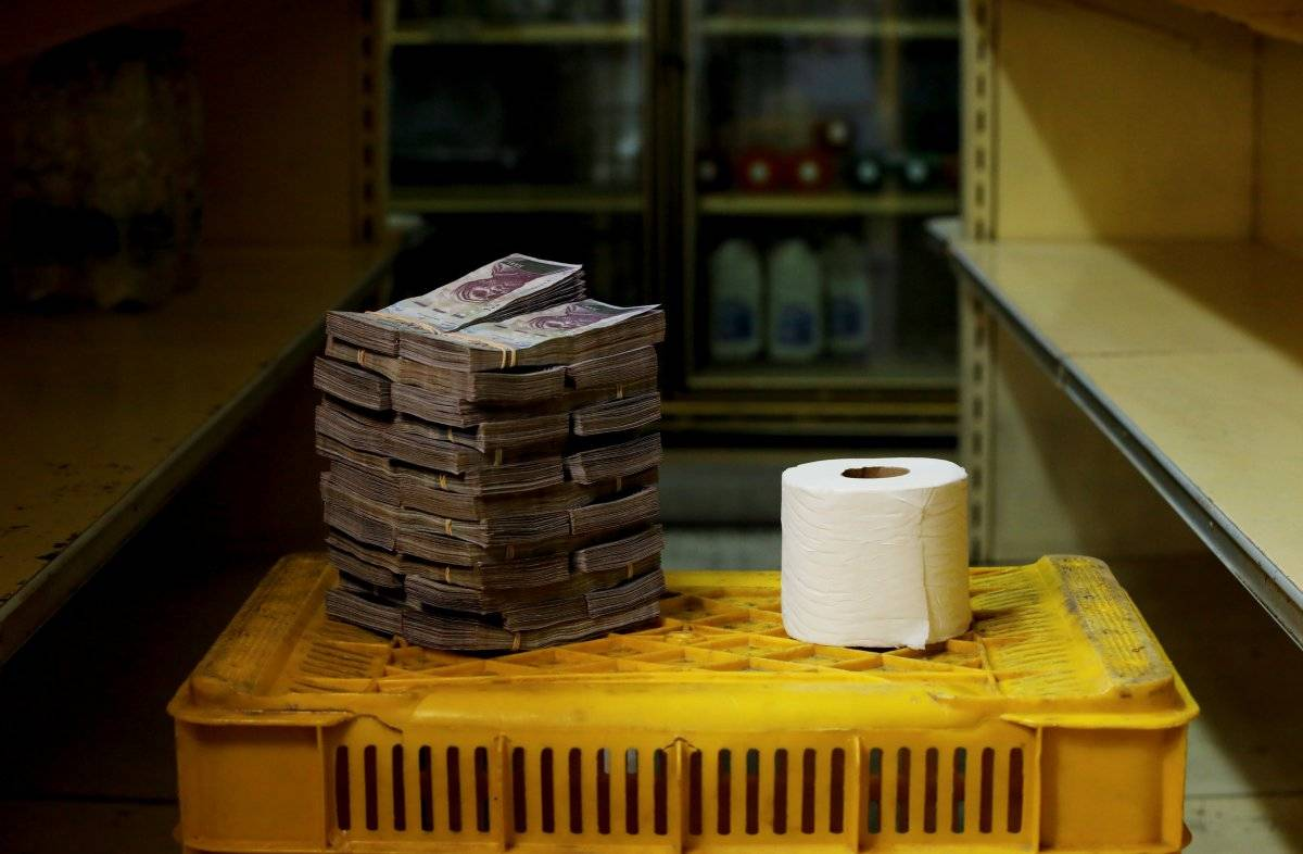 Um rolo de papel higiênico é retratado ao lado de 2.600.000 bolívares, seu preço - o equivalente a US$ 0,40 - em um mini-mercado em Caracas, Venezuela, em 16 de agosto de 2018. Carlos Garcia/Reuters