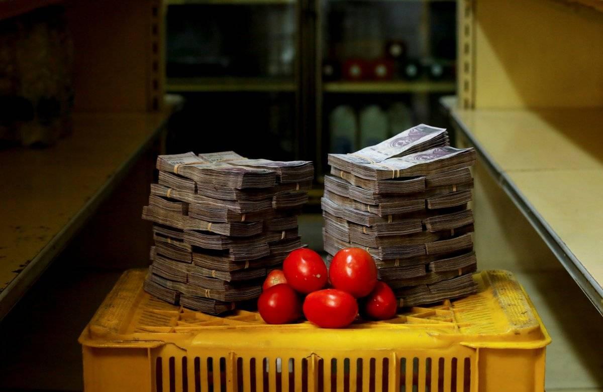 1 kg de tomate é retratado ao lado de 5.000.000 de bolívares, seu preço - o equivalente a US$ 0,76 - em um mini-mercado em Caracas, Venezuela, em 16 de agosto de 2018. Carlos Garcia/Reuters