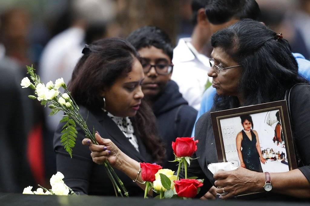 Miles se reunieron en el North Pool durante una ceremonia para recordar el 17 ° aniversario de los ataques terroristas Foto: AP