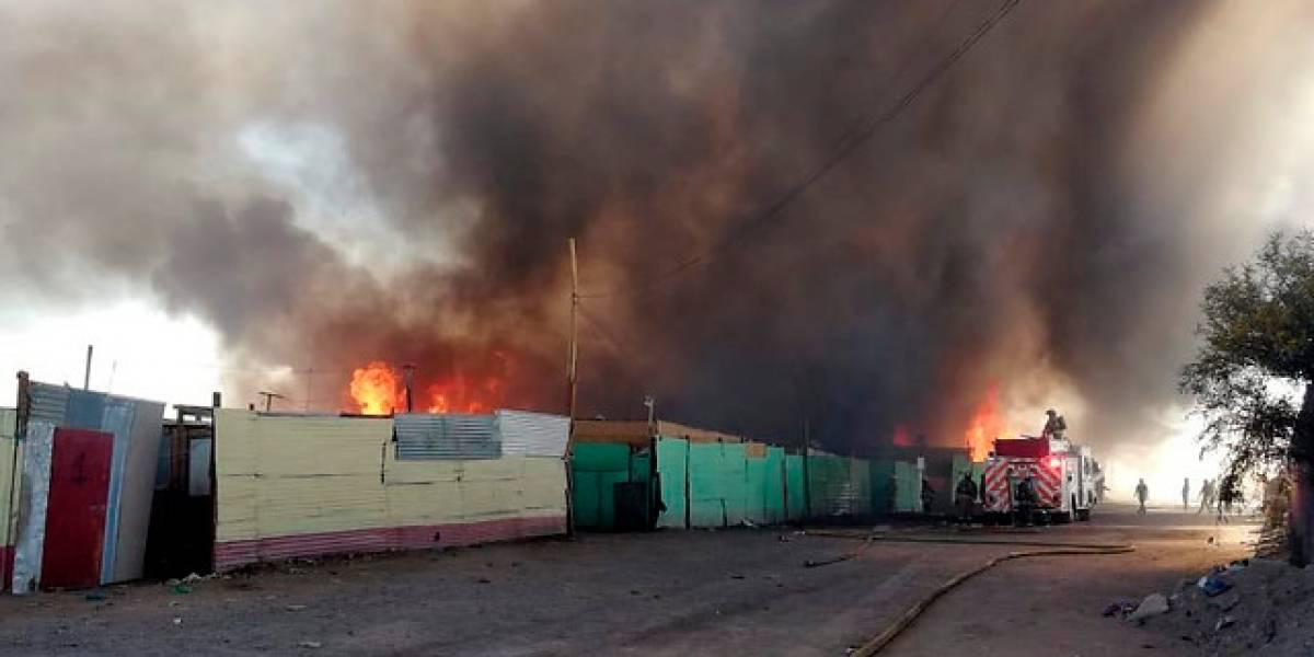 Declaran alerta amarilla tras incendio en Frei Bonn en Calama: siniestro dejó 400 damnificados y arrasó con el 65% de la toma
