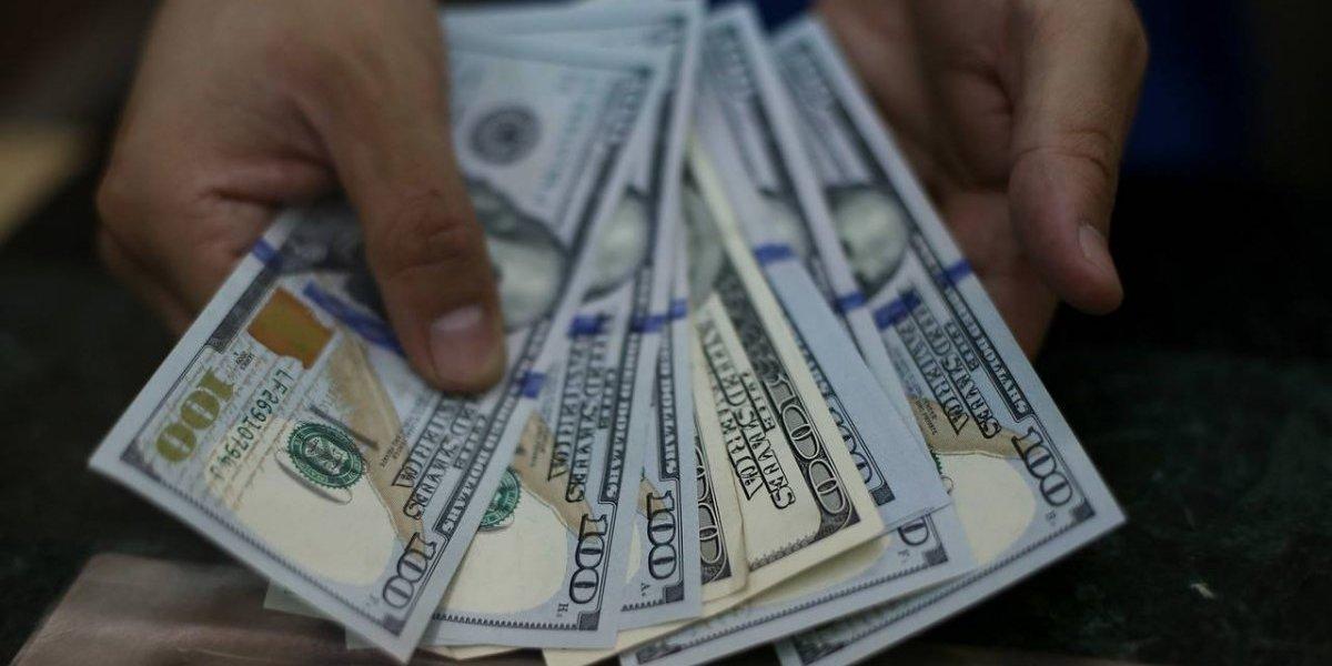 Dólar cierra la semana volviendo a los $700