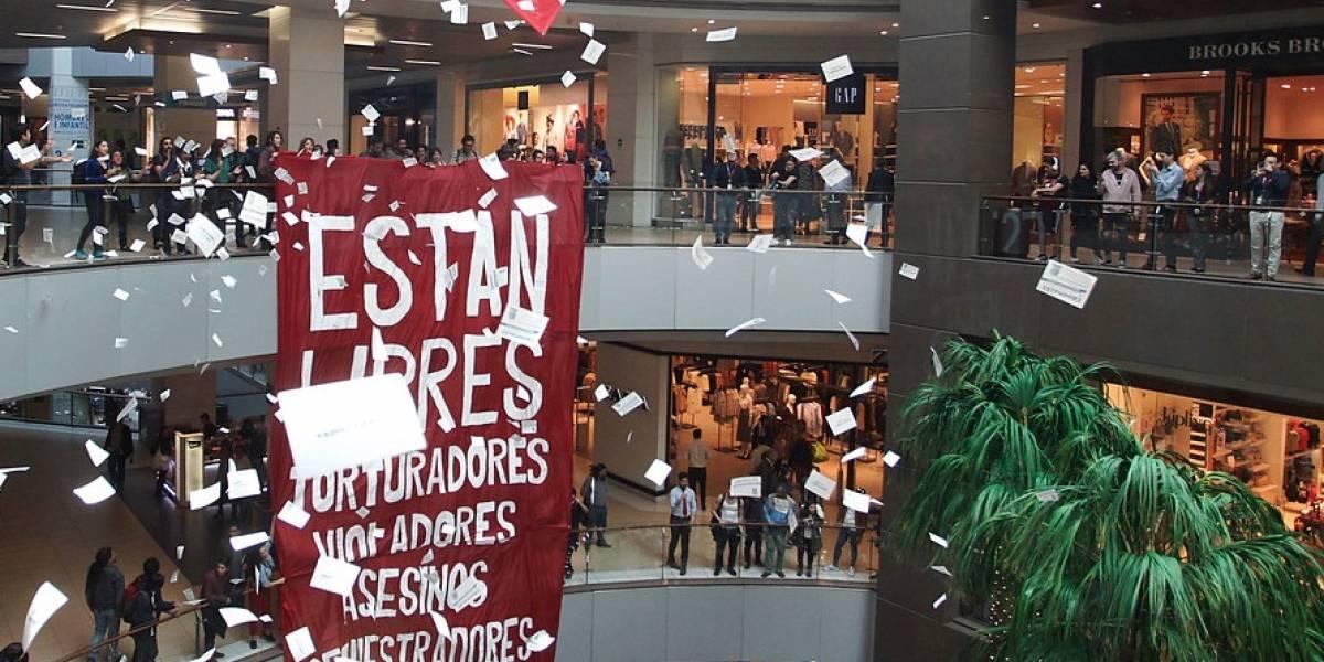 A 45 años del Golpe de Estado: colgaron cartel en el Costanera Center exigiendo cárcel efectiva a presos de Punta Peuco