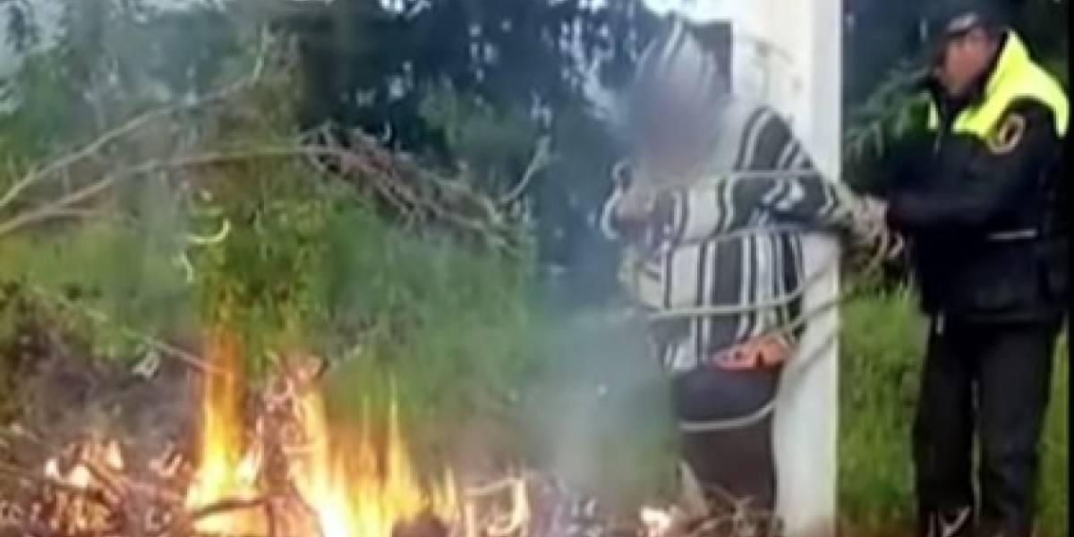 VIDEO. Policías rescatan a mujer de ser linchada y quemada viva