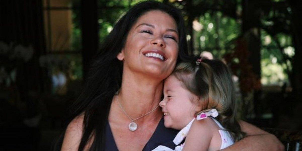 Hija de Catherine Zeta-Jones llega a sus 15 años y luce igual que su mamá