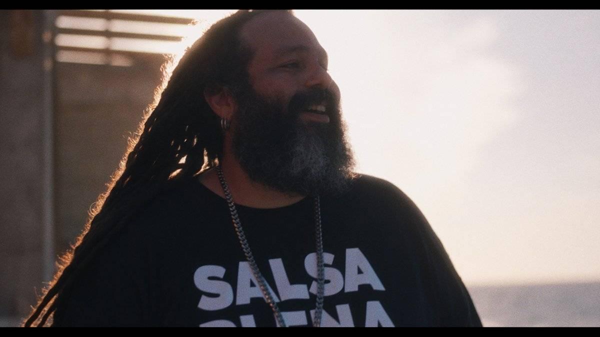 Don Carmelo, vocalista de la banda de reggae puertorriqueña Gomba Jahbari, durante la grabación en La Perla. / Foto: Suministrada