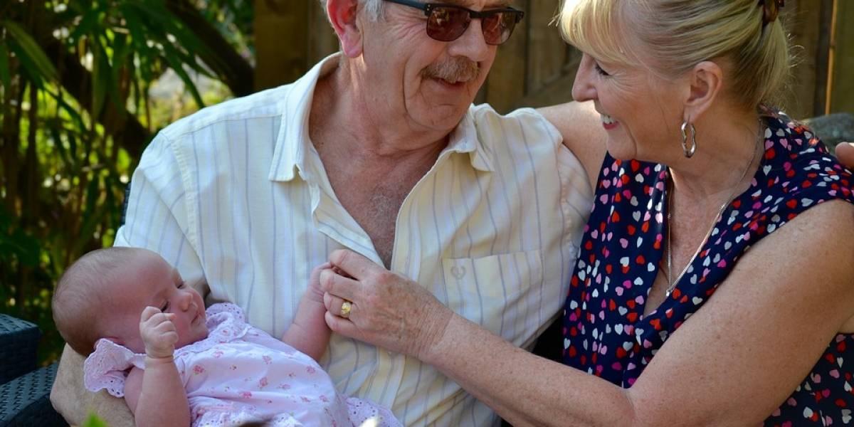 """Esta adorable pareja de ancianos """"diseñó"""" a su propio nieto usando el esperma de su hijo muerto"""