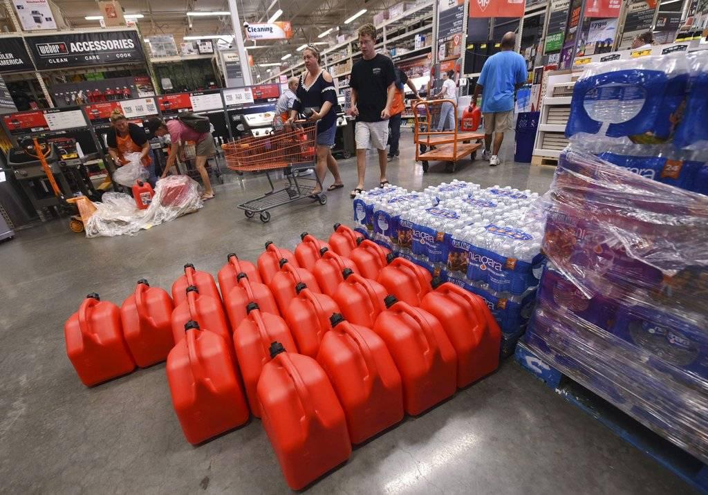 """El gobernador de Carolina del Norte, Roy Cooper, dijo que su estado está """"en la mira"""" e instó a los ciudadanos de su estado a """"prepararse ahora"""" con provisiones para varios días. Foto: AP"""