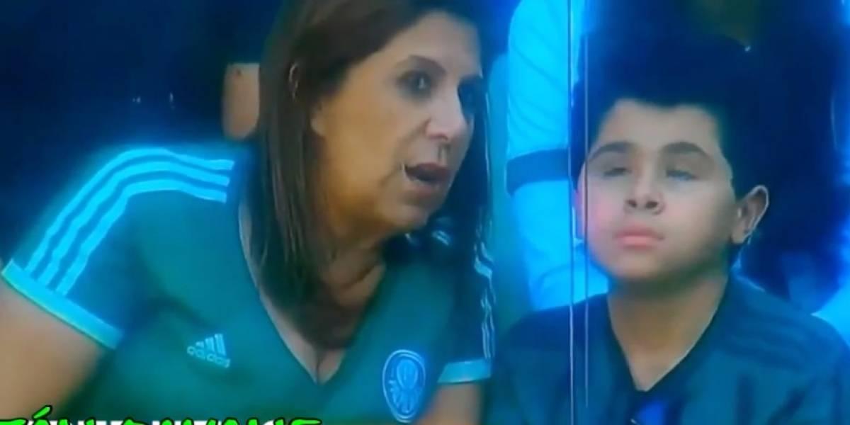 VIDEO: Madre narra partido a su pequeño hijo con debilidad visual