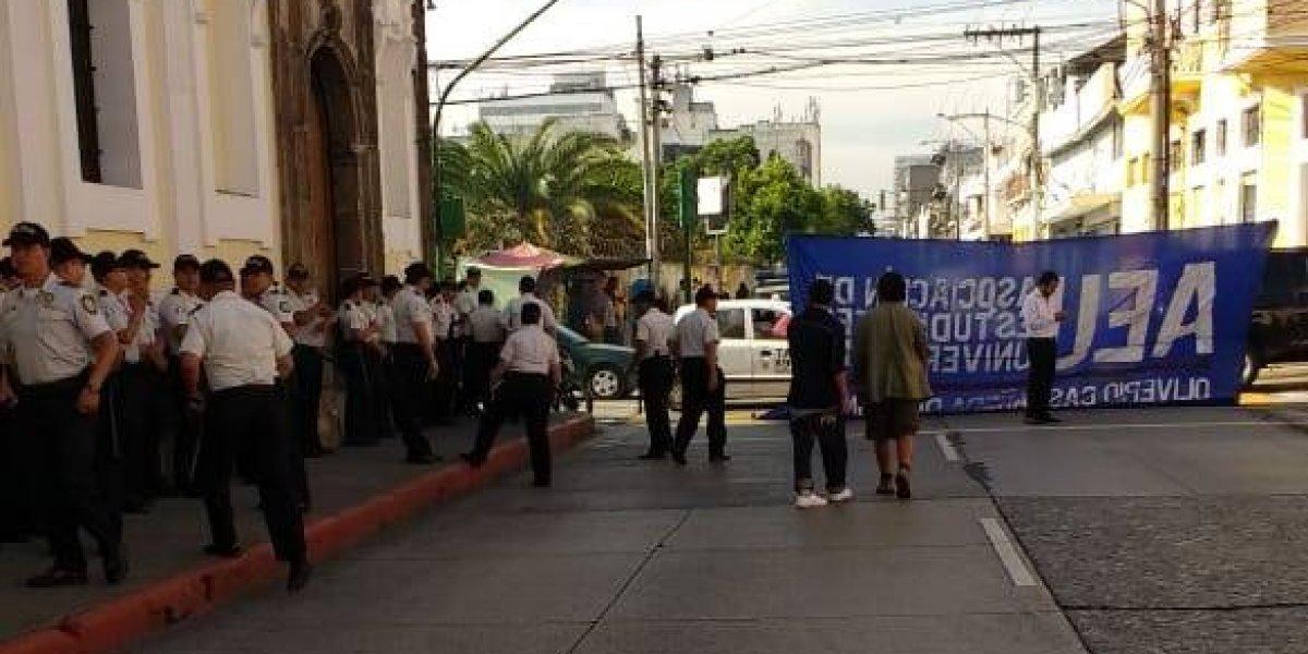 AEU realiza plantón frente al Congreso para rechazar reformas a la ley de Antejuicio